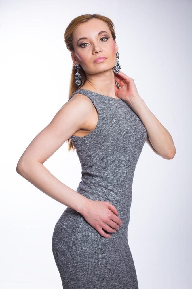 Grey_Knit_Dress_Silver_Clutch_big_earrings (2)