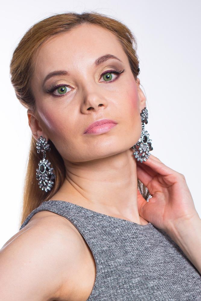 Grey_Knit_Dress_Silver_Clutch_big_earrings_green_eyes