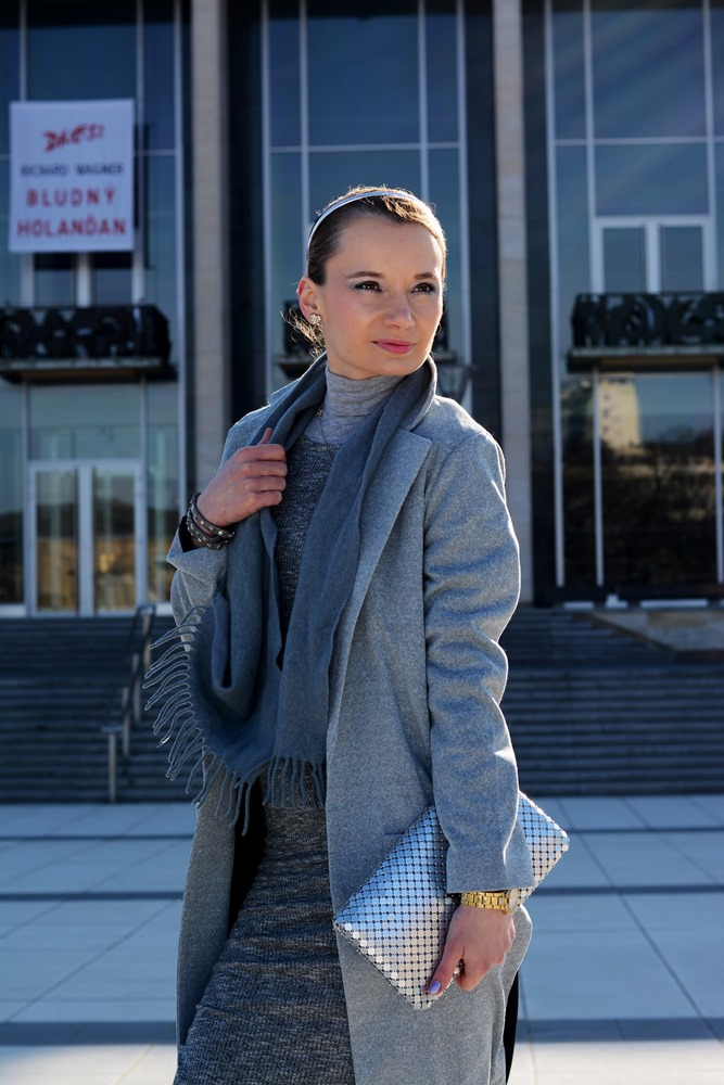 Monochromatic_outfit_grey_coat_scarf_silver_clutch