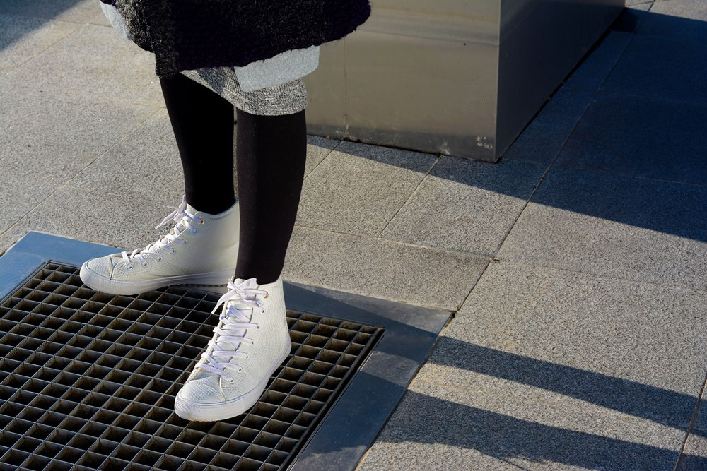 ankle_white_sneakers_detail
